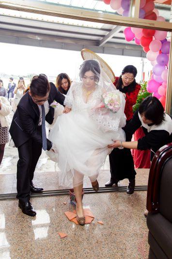 結婚儀式過火爐踩瓦片