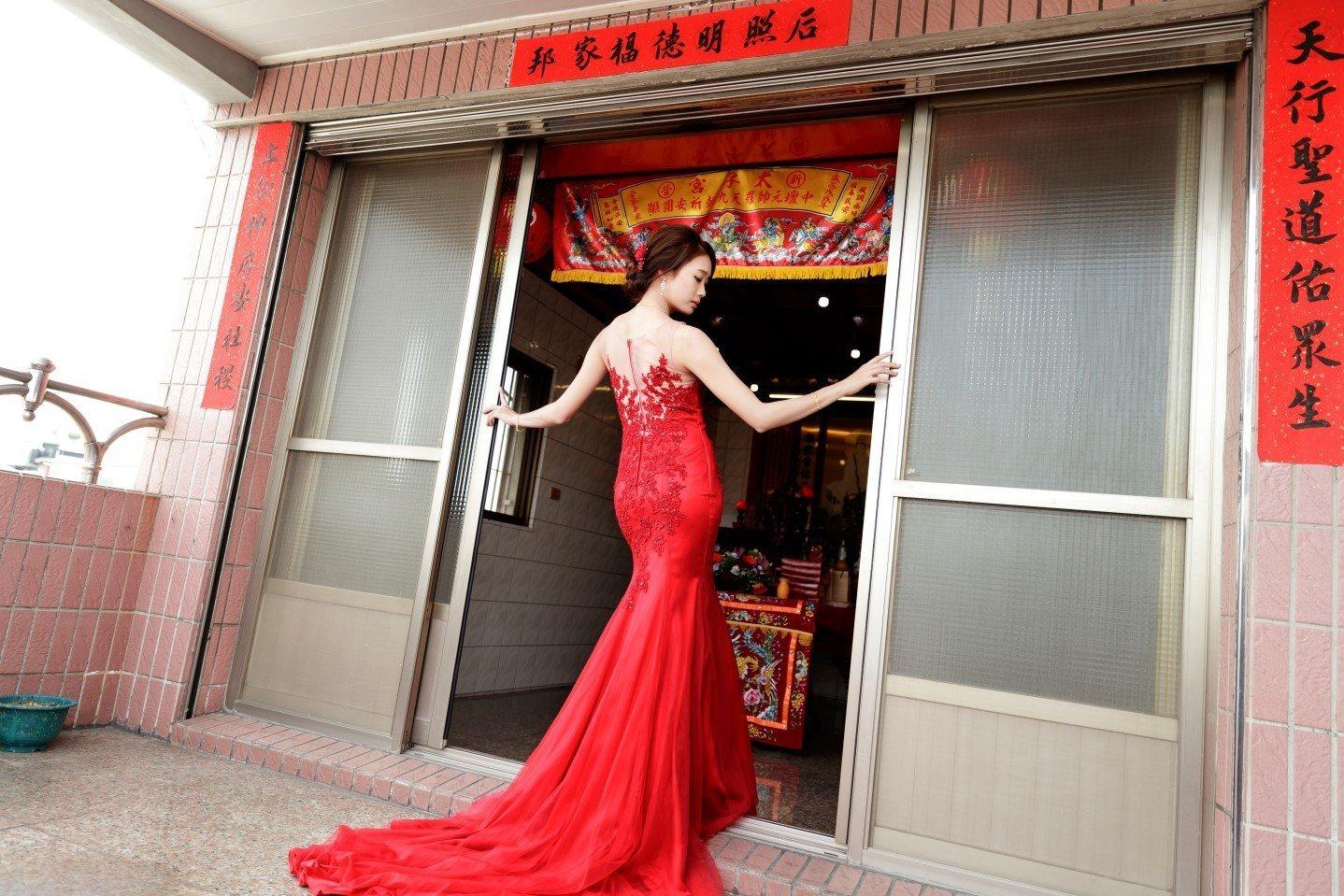 類婚紗拍攝於新娘家中, 紅色魚尾禮服